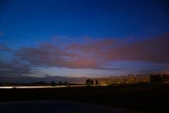 Landskap vaggar den pittoreska vägen för dramanatten skyen Royaltyfria Bilder