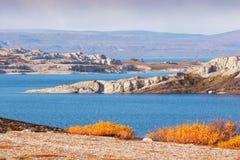 Landskap vid det arktiska havet i Norge Arkivbilder