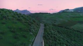 Landskapantennskott av naturlandskapet med den lilla vägen stock video