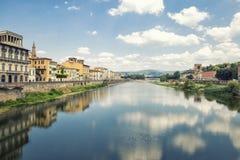 LandskapArno flod i Florence, Italien Royaltyfri Bild