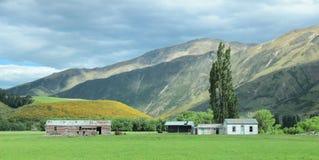 Landskapbergängar med det lilla huset Arkivfoto