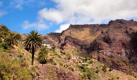 Landskapberg med byn Maska Royaltyfri Fotografi