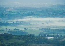 Landskapberg med mist i dalen thailand Fotografering för Bildbyråer