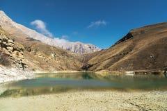 Landskapbergsjö Den naturliga höga behållaren med epos vaggar i bakgrunden norr panorama för caucasus liggandeberg Ryssland Bylhu royaltyfri foto