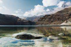 Landskapbergsjö Den naturliga höga behållaren med epos vaggar i bakgrunden norr panorama för caucasus liggandeberg Ryssland Bylhu arkivfoto