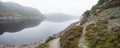 Landskapbild över den dimmiga sjön i Autumn Fall Arkivbild