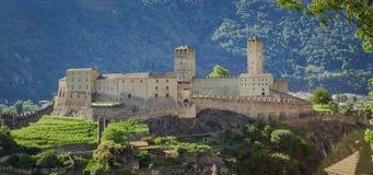 Landskapbild av Castelgrande ?ver staden av Bellinzona fotografering för bildbyråer