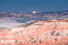 Landskapbrycekanjon med månen arkivfoton