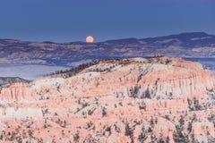 Landskapbrycekanjon med månen royaltyfri fotografi