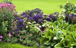 Landskapdesign av parkera, blommor Arkivbild