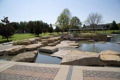 Landskapdesign i trevliga Hall Park Frisco TX Arkivbilder
