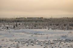 Landskape del invierno con el bosque en nieve en la puesta del sol de la tarde north Fotos de archivo