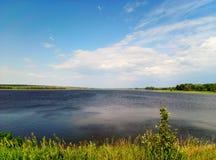 Landskape excelente en el lago con el cielo azul y las nubes imágenes de archivo libres de regalías