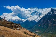 Landskape foto som spårar den Himallaya Vilage sidokullen SiktssnöNepal Mountans bakgrund Hikking sportlopp Arkivfoton