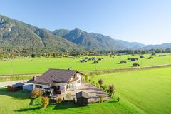 Landskapet av alpint betar land i dalen royaltyfri fotografi