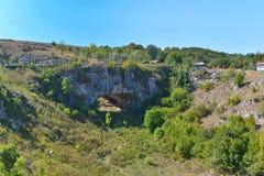 Landskapet av bron för gud` s kallade också den naturliga bron från Ponoarele, Rumänien Arkivbild