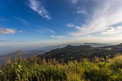Landskapet av dalen och den härliga himlen av Thailand Arkivfoto