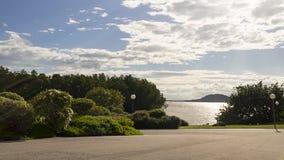 Landskapet av den gröna naturen parkerar med sjön i moln för solig dag och vit koppla av tid Fotografering för Bildbyråer