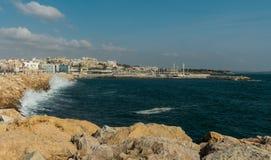 Landskapet av den Tarragona hamnen, vågor som bryter på, vaggar arkivfoton