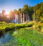 Landskapet av ett härligt vaggar med en vattenfall under blåtten sk Arkivbild