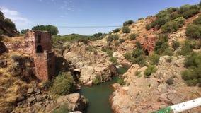 Landskapet av granit- vaggar, som passerar floden Guarrizas, Linares, Spanien stock video