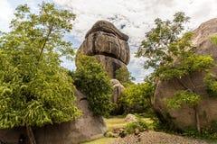 Landskapet av Kit Mikayi, mäktigt balansera vaggar bildande eller tor, omkring 40 M högt, i Seme, det Kisumu länet, västra Kenya, Royaltyfri Foto