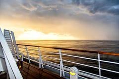 Landskapet av Nordsjön i skymning från skeppet Arkivfoto