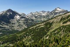 Landskapet av Popovo sjön, Sivrya, Dzhangal och Kamenitsa når en höjdpunkt i det Pirin berget, Bulgarien fotografering för bildbyråer