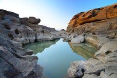 Landskapet av reflexionen vaggar på 3000Bok Royaltyfria Foton
