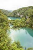 Landskapet av två ake och berg på Plitvice sjöar parkerar royaltyfria foton