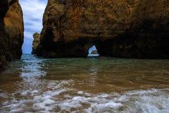 Landskapet av vaggar, klippor och den Algarve för havstrandkustlinjen sikten Royaltyfria Bilder