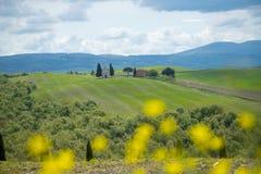 Landskapet av Val D ?Orcia med kyrkan av Vitaleta i bakgrunden, Tuscany, Italien arkivfoton