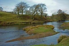 Landskapet Chatsworth parkerar, floden Derwent, det maximala området, Derbyshire, arkivfoto