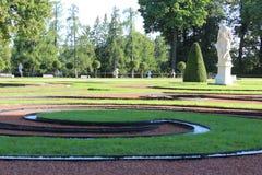 Landskapet färgad gräscirkuleringsgräsmatta med monumentet i offentliga Eckaterinian parkerar i St Petergurg Arkivbild