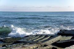 Landskapet för ‹för †för havsmed havsvågor som faller på, vaggar spritt längs kusten Royaltyfri Foto