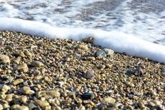 Landskapet för ‹för †för havsmed havsvågor som faller på, vaggar spritt längs kusten Arkivbild