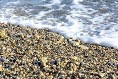 Landskapet för ‹för †för havsmed havsvågor som faller på, vaggar spritt längs kusten Arkivfoto