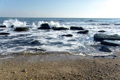 Landskapet för ‹för †för havsmed havsvågor som faller på, vaggar spritt längs kusten Royaltyfria Bilder
