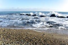 Landskapet för ‹för †för havsmed havsvågor som faller på, vaggar spritt längs kusten Royaltyfri Fotografi