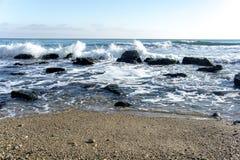Landskapet för ‹för †för havsmed havsvågor som faller på, vaggar spritt längs kusten Arkivbilder