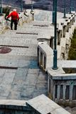 Landskapet för den Lublin stadsgatan, en man i röd skjorta går ner trappan arkivbilder