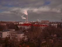 Landskapet för ekologi för förorening för förorening för utsläpp för rök för rör för fabriken för miljöstadsindustriföretag taklä Royaltyfri Foto