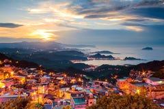 Landskapet för sjösidabergstad i Jiufen, Taiwan arkivbild