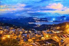 Landskapet för sjösidabergstad i Jiufen, Taiwan royaltyfri foto