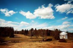 Landskapet i Pavlovsky parkerar i höst, härlig gazebo med kolonner mot bakgrunden av ett fält och en skog Arkivbilder