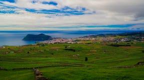 Landskapet med den Monte Brasil vulkan och Angra gör Heroismo, den Terceira ön, Azores, Portugal arkivbilder