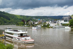 Landskapet med den Mosel floden och färjan sänder, Traben-Trarbach, Tyskland Royaltyfri Bild