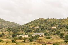 Landskapet med en kyrka och flera hus nära Tugela färjer royaltyfria bilder
