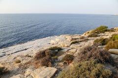 Landskapet med vatten och vaggar i den Thassos ön, Grekland Arkivfoto