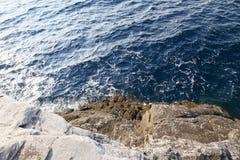 Landskapet med vatten och vaggar i den Thassos ön, Grekland Royaltyfri Bild